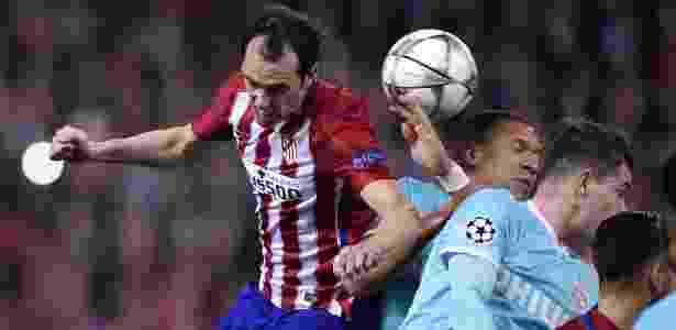 Diego Godín, zagueiro do Atlético de Madri, sobe para disputarbola de cabeça com o também defensor Bruma, do PSV - JAVIER SORIANO / AFP - JAVIER SORIANO / AFP