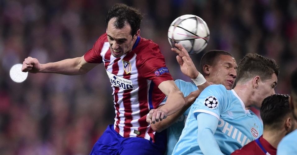 Diego Godín, zagueiro do Atlético de Madri, sobe para disputarbola de cabeça com o também defensor Bruma, do PSV