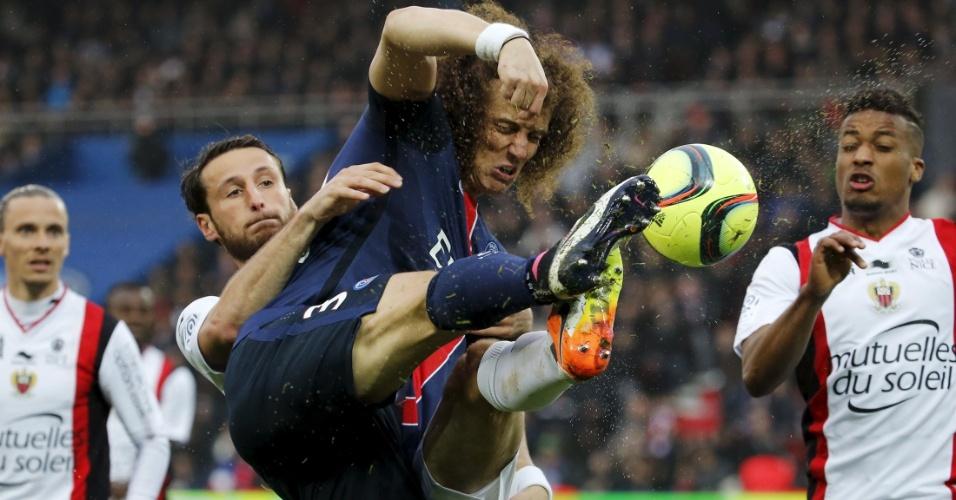 David Luiz, zagueiro do PSG, disputa a bola com Baysse, do Nice, em jogo do Campeonato Francês