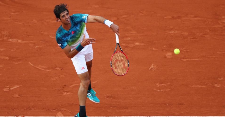 Thomaz Bellucci em ação contra Richard Gasquet, na estreia de Roland Garros