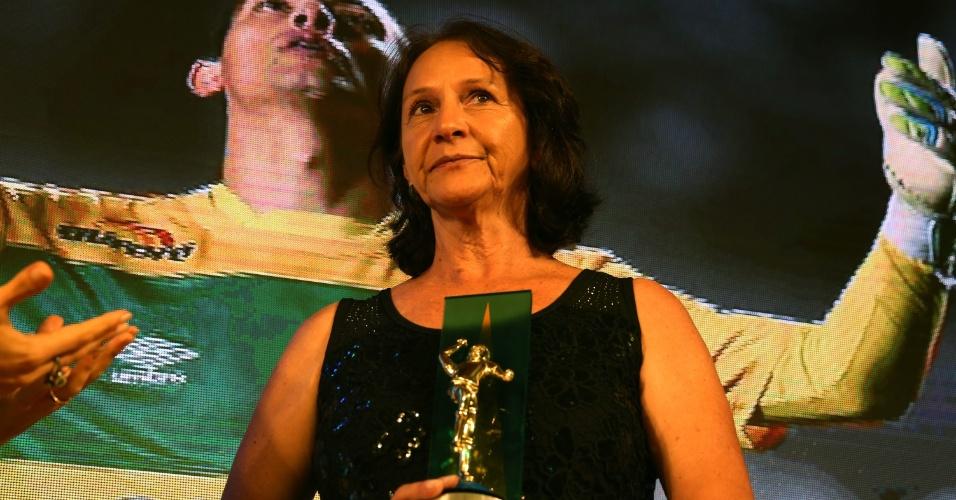 """Ilaídes Padilha, mãe do goleiro Danilo, da Chapecoense, recebe o prêmio """"Craque da Galera"""", dado ao filho, vítima da tragédia da Chapecoense"""