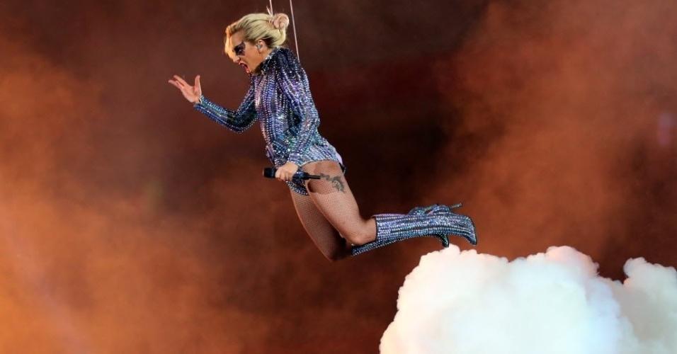 Lady Gaga surge pendurada em cabos de aço para o show do intervalo do Super Bowl 51