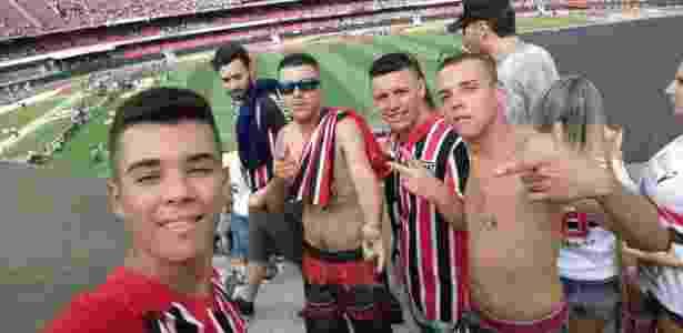Bruno, sem camisa (à direita), ao lado dos amigos na arquibancada central do Morumbi - Acervo Pessoal