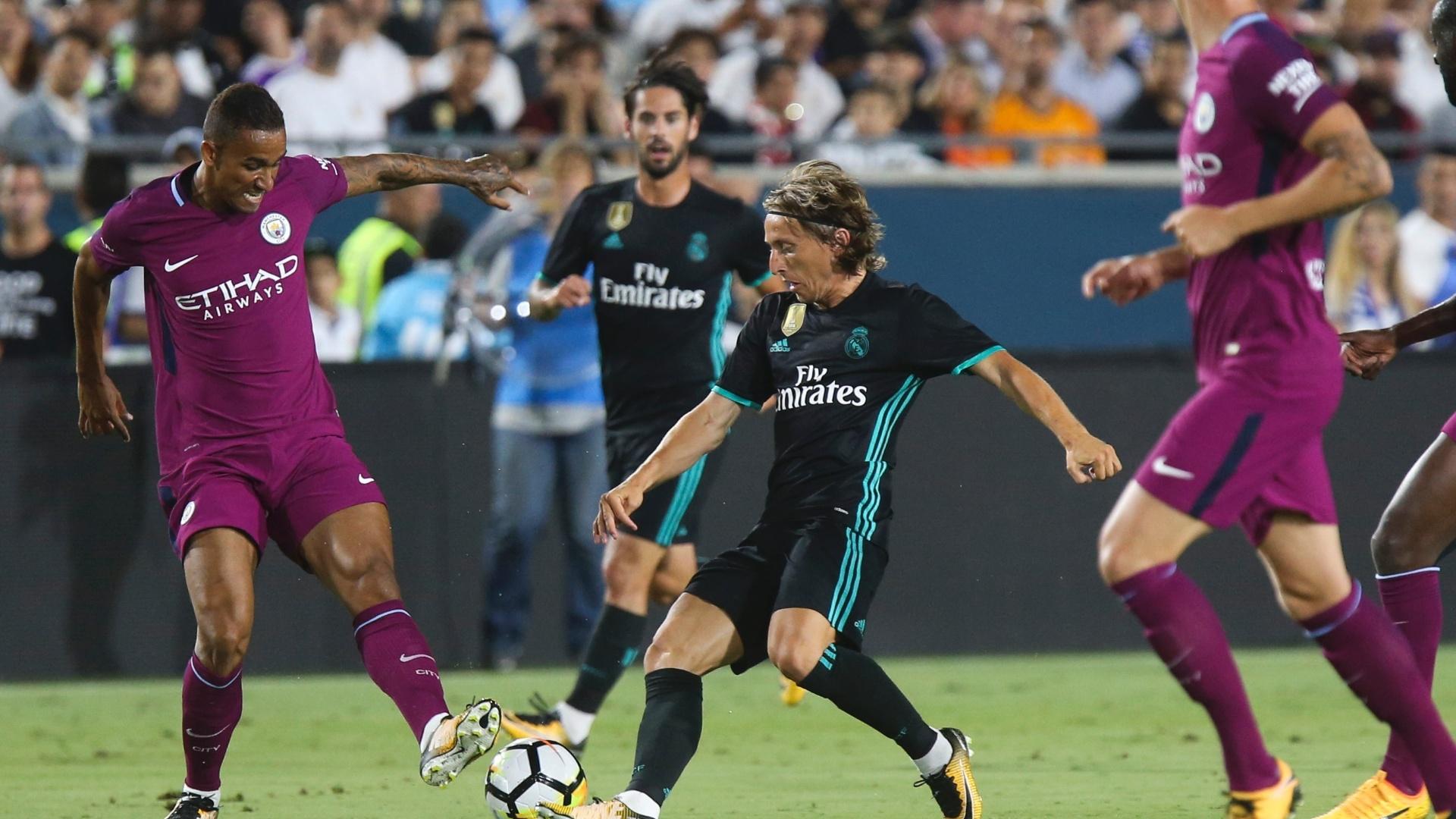 Danilo e Modric disputam lance em amistoso Manchester City x Real Madrid