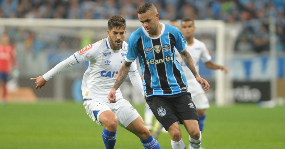 Luan, do Grêmio, disputa lance com Lucas Silva, do Cruzeiro, durante partida pela Copa do Brasil