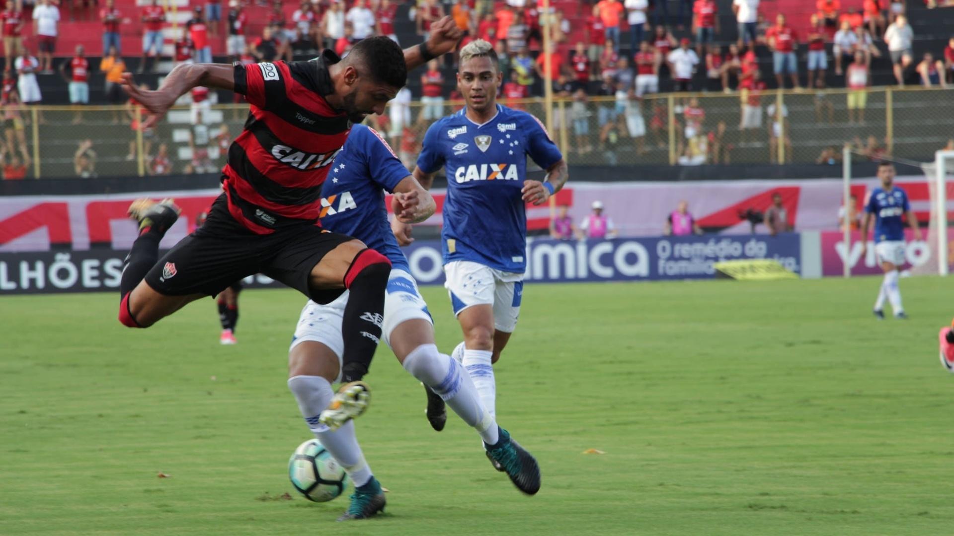 Jogadores de Vitória e Cruzeiro disputam a bola