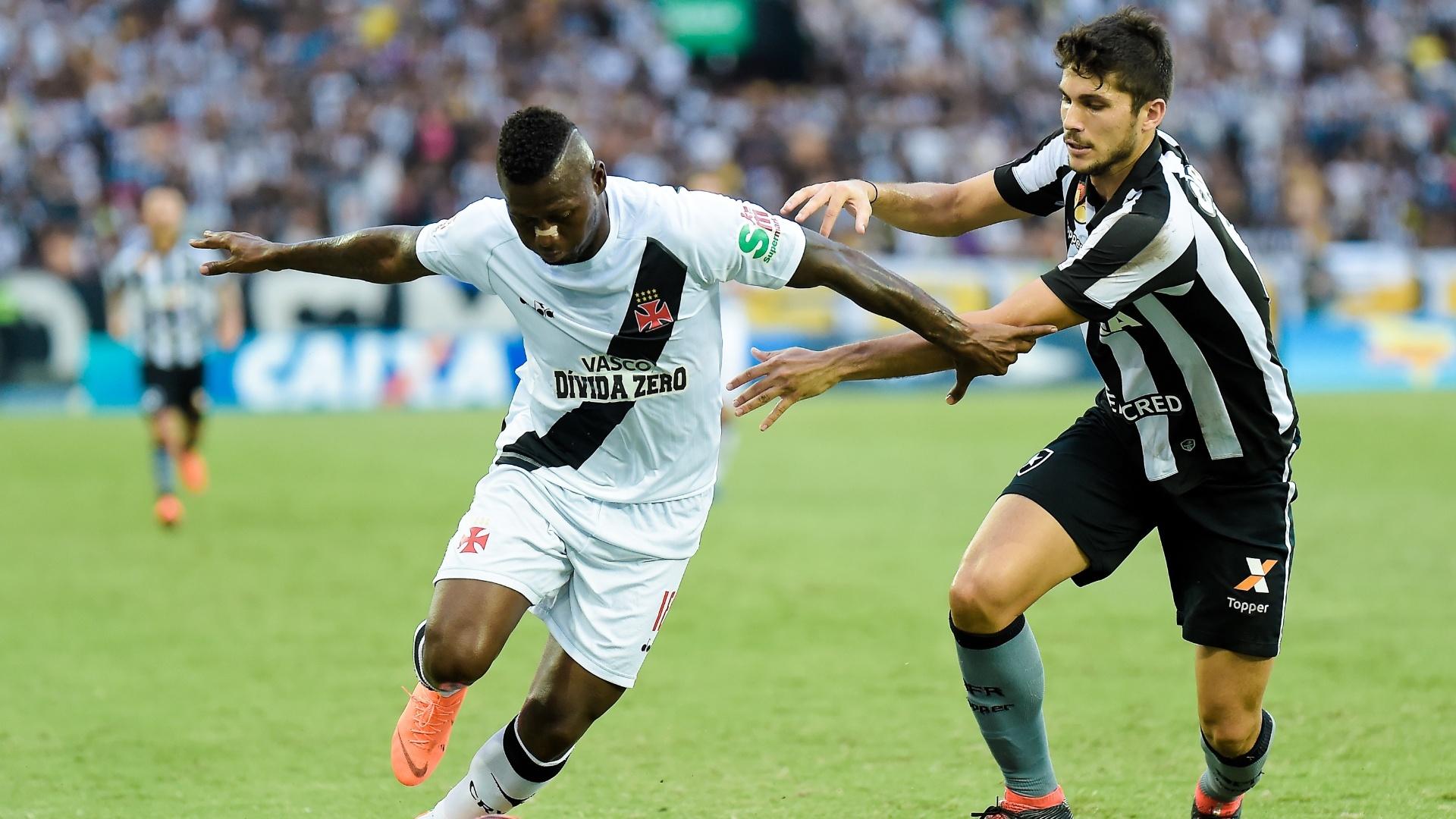 Riascos e Igor Rabello disputam bola em Botafogo x Vasco pelo Campeonato Carioca