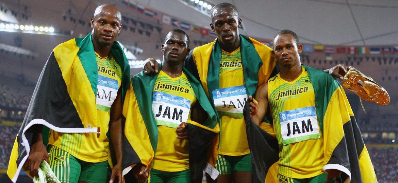 Nesta Carter é o segundo da esquerda para a direita na foto, abraçado com Bolt -  Shaun Botterill/Getty Images