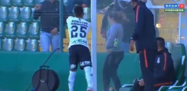 Clayson jogou água em torcedores logo depois de deixar o gramado da Arena Condá