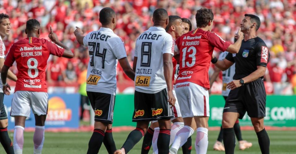 Árbitro Braulio da Silva Machado ouve reclamações de jogadores do Inter após anular gol