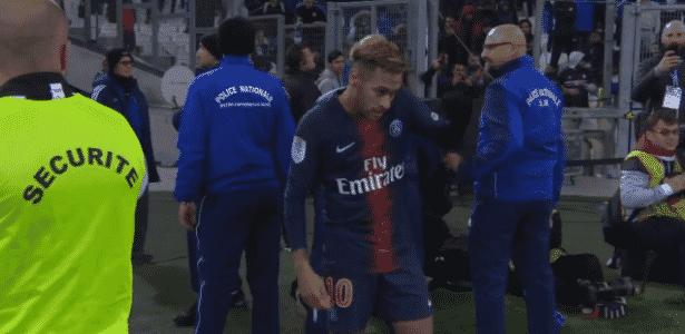 Seguranças se colocam entre Neymar e torcida do Olympique de Marselha - Reprodução