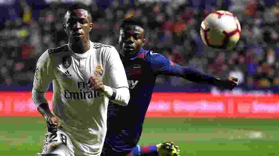 Vinicius Júnior em ação pelo Real Madrid contra o Levante, no Campeonato Espanhol  -  JOSE JORDAN / AFP