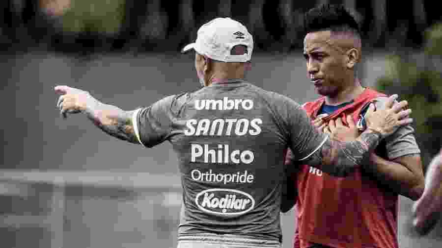 Sampaoli orienta Cueva durante treino do Santos; peruano voltou a jogar após 112 dias - Ivan Storti/Santos FC