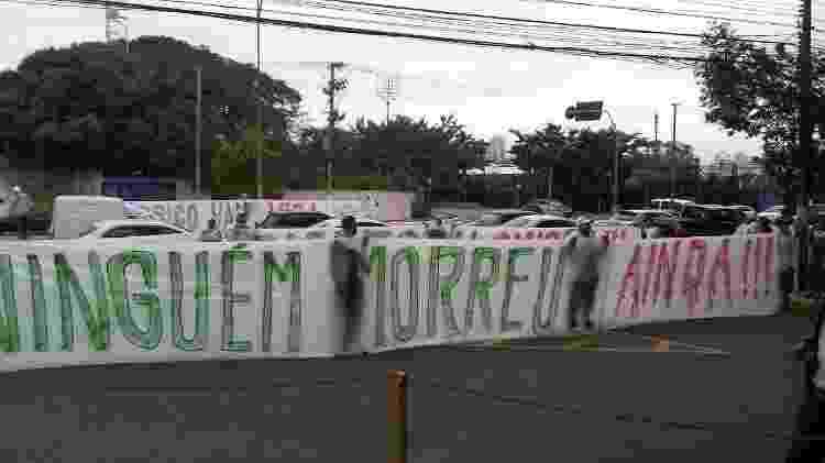 Faixa protesto Mancha - UOL - UOL
