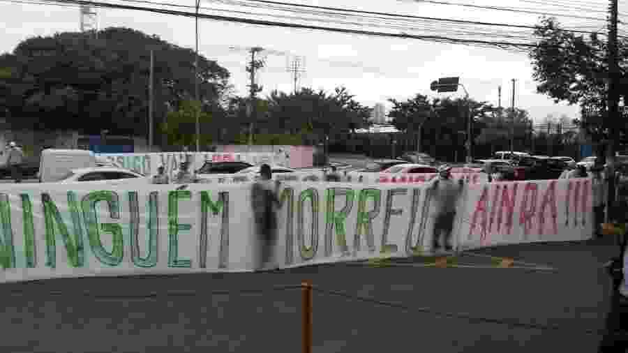 Protesto de torcida organizada do Palmeiras em frente à Academia de Futebol - UOL