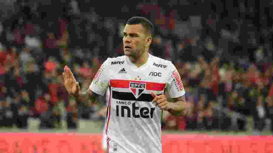 Dani Alves hoje deixou clara sua intenção de ser meio-campista no São Paulo, não lateral - João Vitor Rezende Borba/AGIF