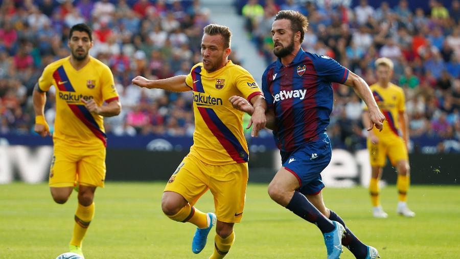 Arthur em ação pelo Barcelona contra o Levante no Campeonato Espanhol - Javier Barbancho/Reuters