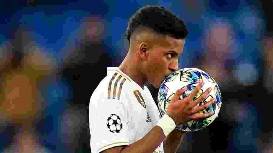 Rodrygo beija bola após marcar para o Real Madrid contra o Galatasaray pela Liga dos Campeões - Quality Sport Images/Getty Images