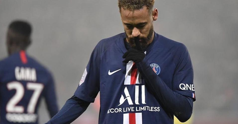Neymar comemora gol fazendo gesto de