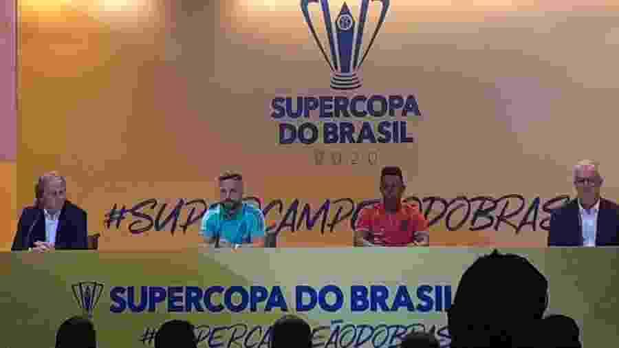 O técnico Jorge Jesus e o meia Diego, do Flamengo, o volante Wellington e o técnico Dorival Júnior, do Athletico-PR, em evento da Supercopa do Brasil  - Leo Burlá / UOL