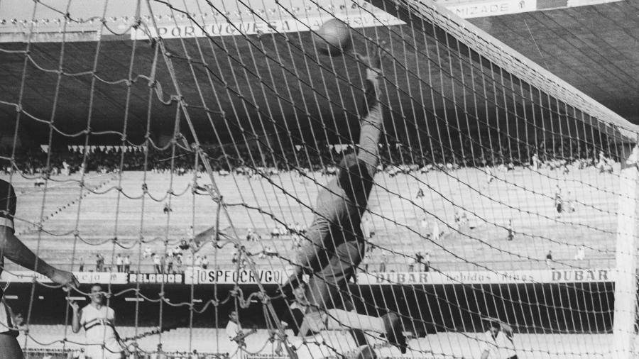 Moacir Barbosa, goleiro do Vasco em jogo contra o São Paulo. Ele foi o goleiro da seleção brasileira na Copa do Mundo de 1950, no Brasil - Acervo UH/Folhapress