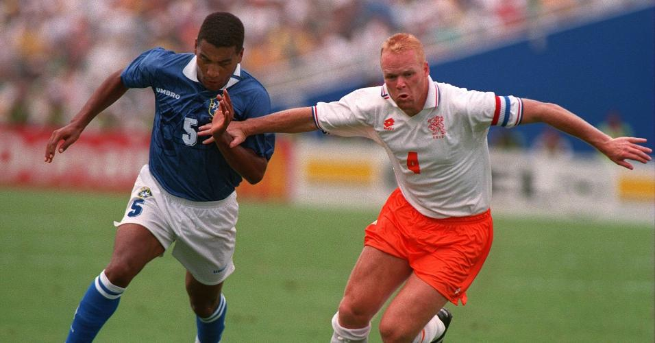 Mauro Silva e Ronald Koeman durante jogo entre Brasil e Holanda na Copa de 1994
