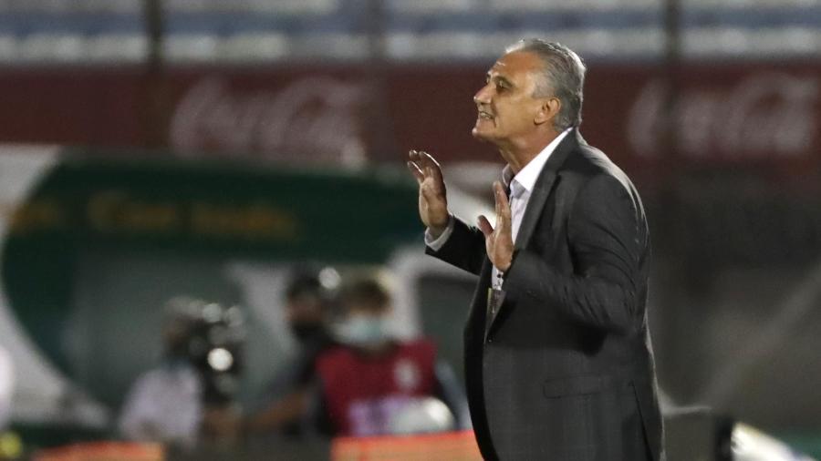 Tite comanda a seleção brasileira durante partida contra o Uruguai pelas Eliminatórias em 2020 - Raúl Martínez-Pool/Getty Images