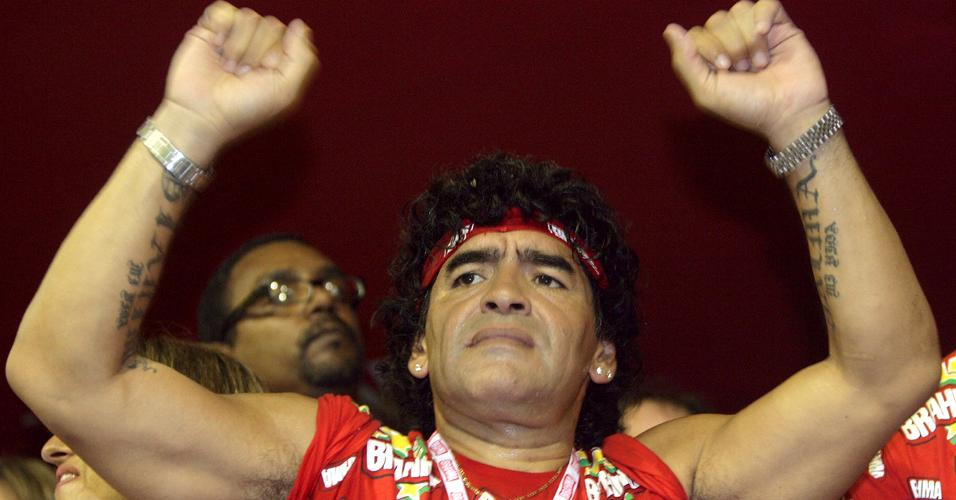 Diego Maradona celebra o carnaval no Rio de Janeiro em fevereiro de 2006