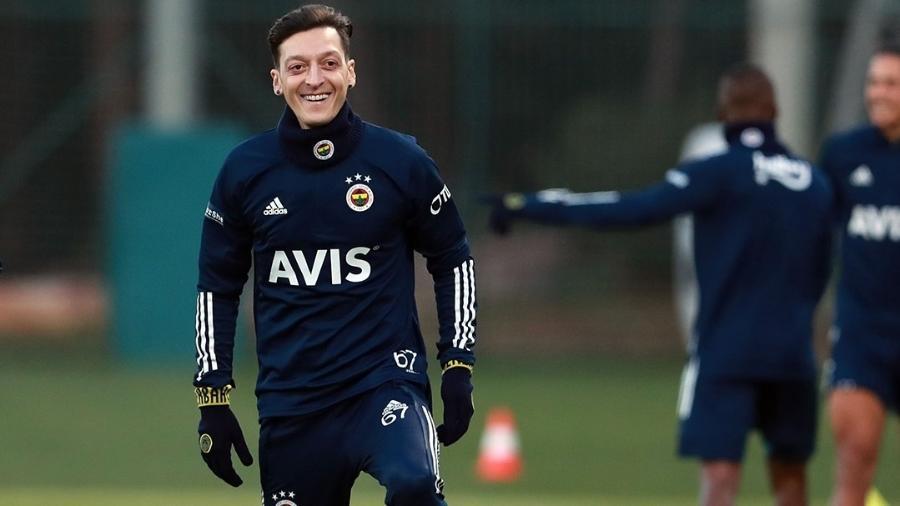 Özil já participou de treinos com o elenco do Fenerbahce - Reprodução