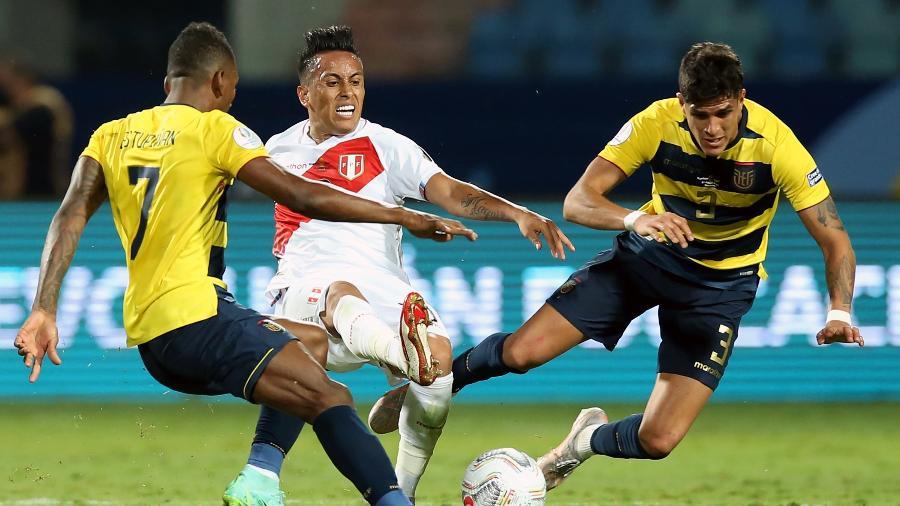 Cueva tenta jogada pelo Peru, mas é marcado por jogadores do Equador - Alexandre Schneider/Getty Images