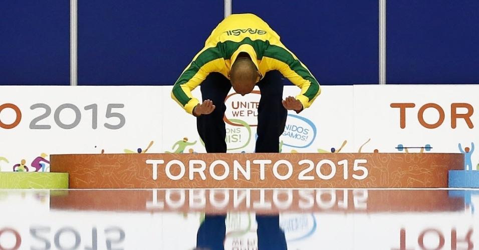 João de Lucca comemora ouro nos 200m livre no pódio da natação do Pan de Toronto