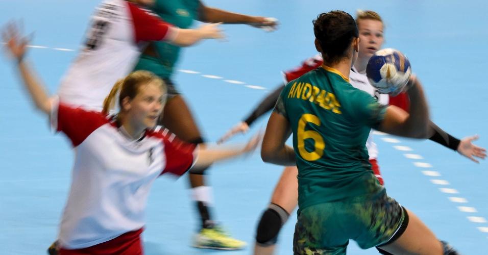 Amanda Andrade chuta no gol durante a partida com o Canadá no handebol feminino