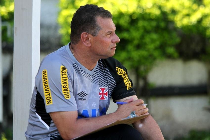 Celso Roth observa jogadores do Vasco durante treinamento em São Januário