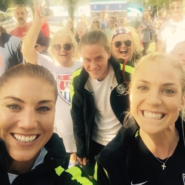Hope Solo, goleira dos EUA, registra apoio de fãs em caminhada da equipe na cidade de Chattanooga