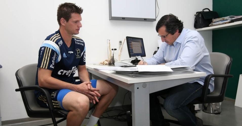 Contratado para a temporada 2016, goleiro Vagner é atendido por médico do Palmeiras