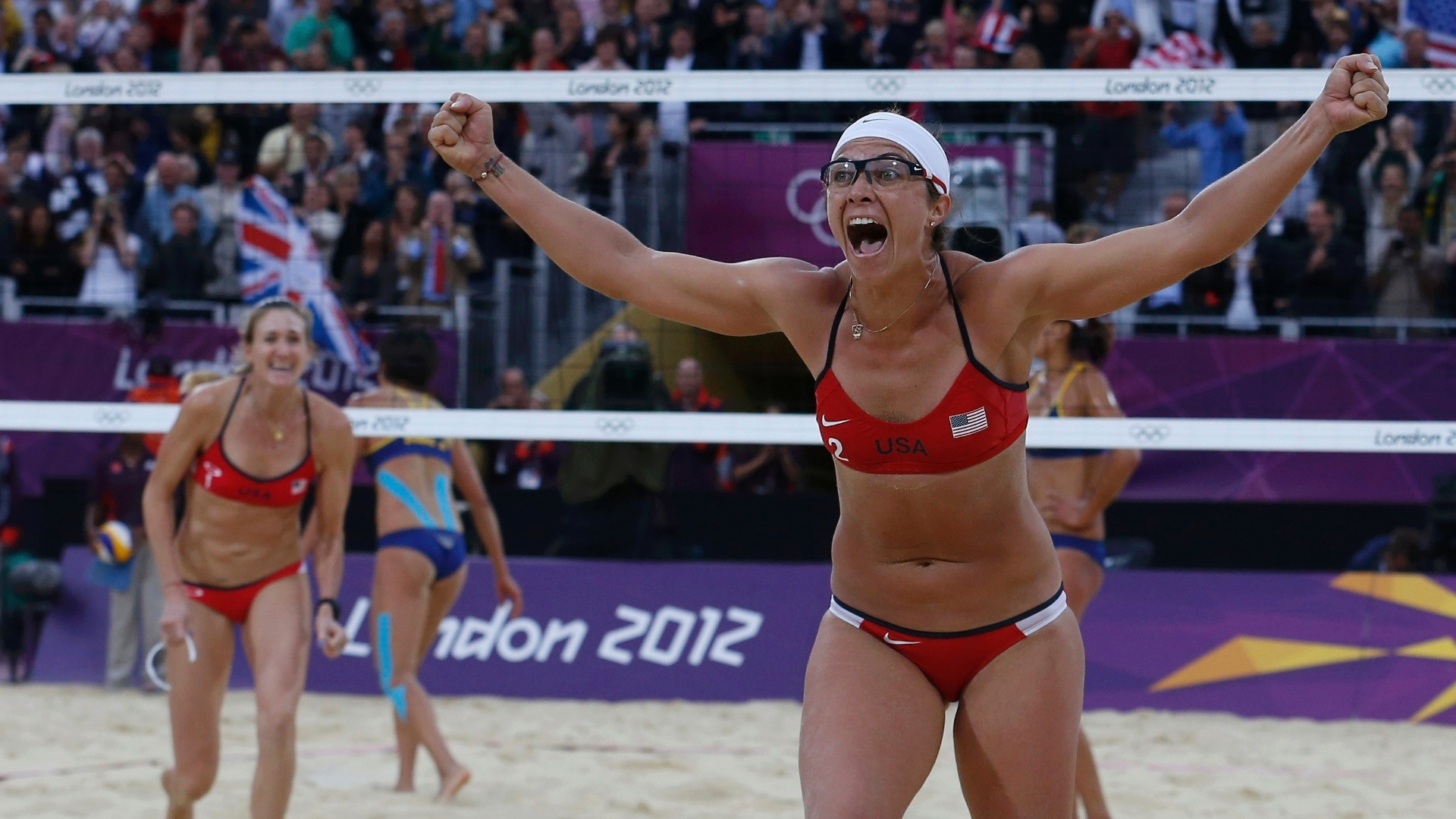 07.ago.2012 - Norte-americanas Walsh (e) e May comemoram ponto na semifinal do vôlei de praia na Olimpíada de Londres