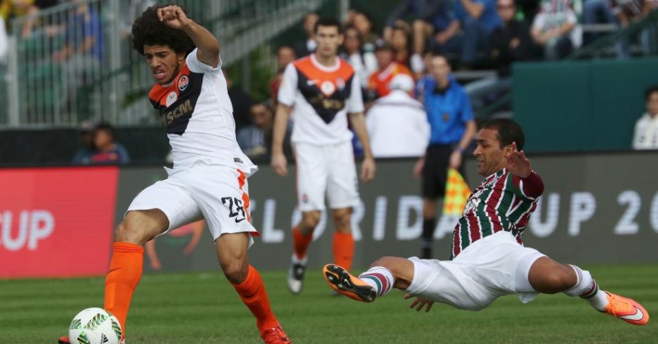 Taison passa pela marcação de Pierri no jogo do Fluminense contra o Shakhtar pela Florida Cup