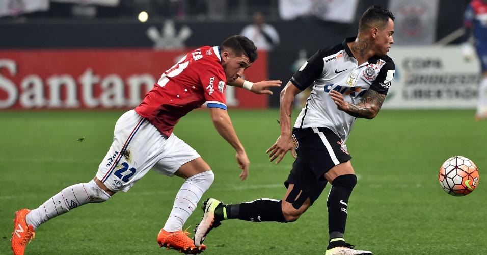 Giovanni Augusto tenta se livrar da marcação durante partida entre Corinthians e Nacional