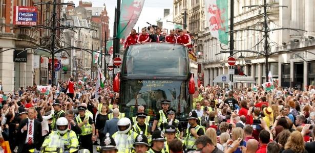 Após chegar na semifinal da Euro, seleção de Gales levou multidão às ruas da capital