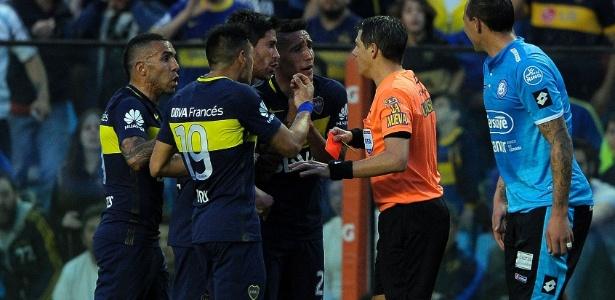 Tevez recebeu cartão vermelho por xingar árbitro Germán Delfino