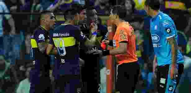 Tevez recebeu cartão vermelho por xingar árbitro Germán Delfino - AFP