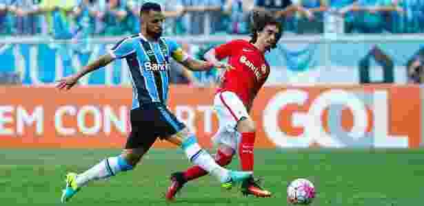 Maicon e Valdívia disputam a bola em lance do clássico Gre-Nal 411 - Lucas Uebel/Grêmio - Lucas Uebel/Grêmio
