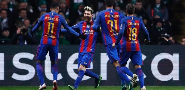 Jogadores do Barcelona comemoram com Messi, o artilheiro do jogo - Lee Smith/Reuters