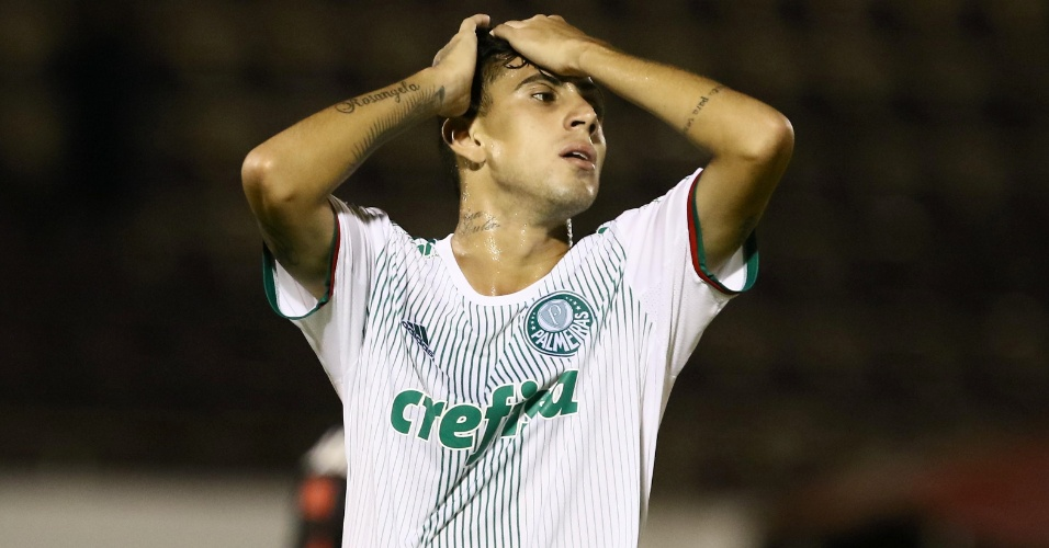 Jogador do Palmeiras lamenta durante a partida contra o Sport