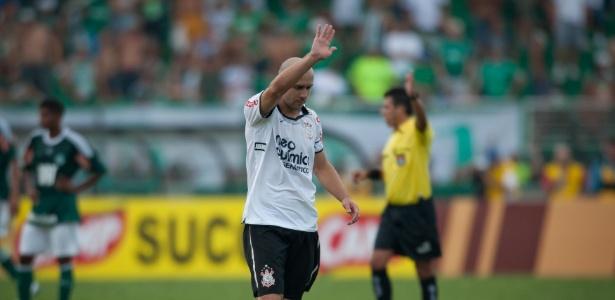 Alessandro celebra gol da vitória do Corinthians sobre o Palmeiras em 2011