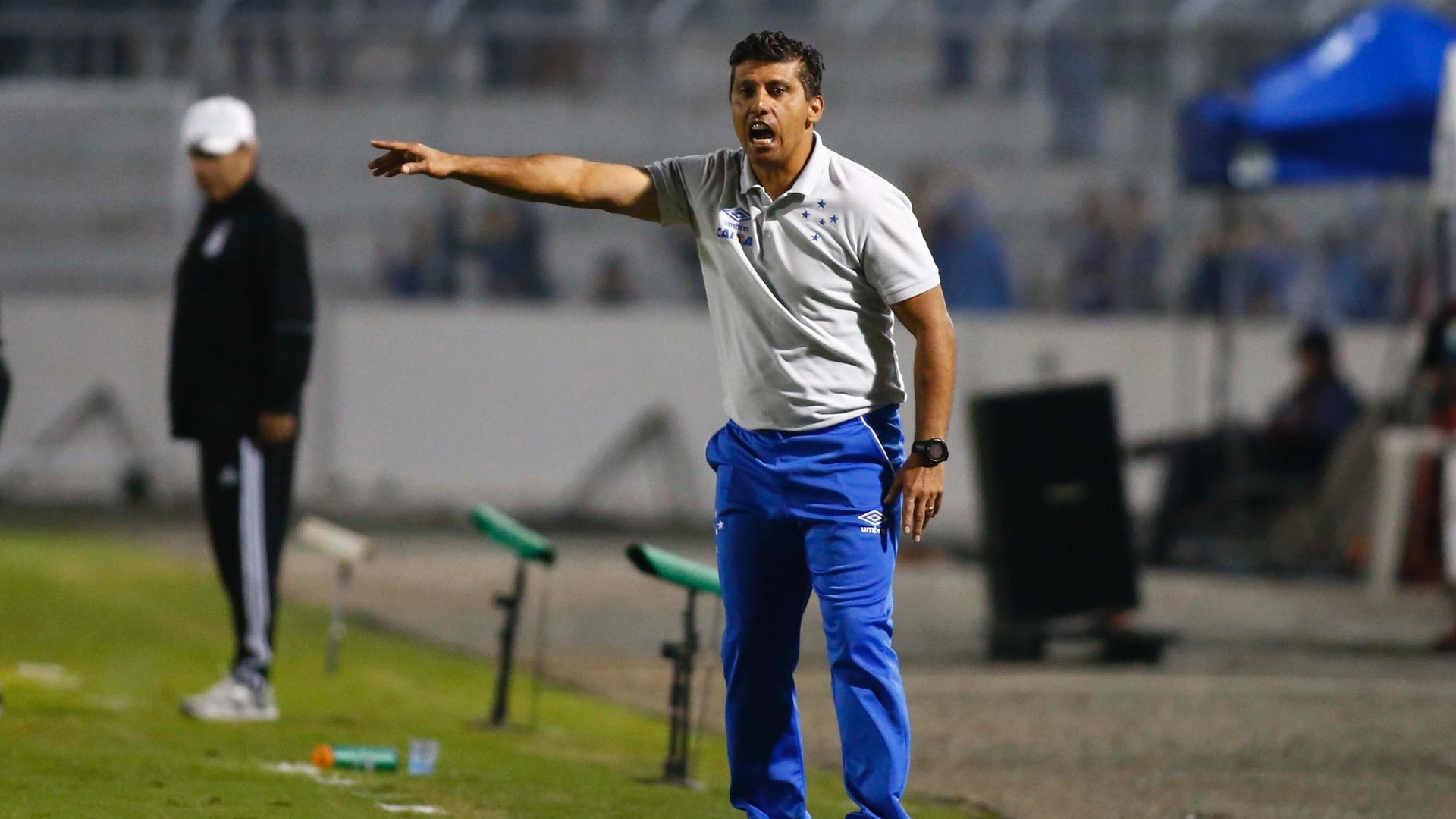 Técnico Sidnei Lobo comanda o Cruzeiro em jogo contra a Ponte Preta pelo Campeonato Brasileiro 2017