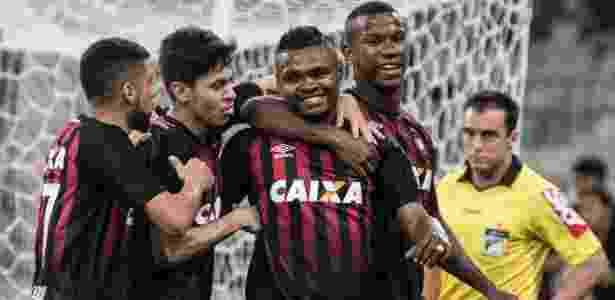 Atleticanos comemoram: arrancada com desempenho igual ao do líder Corinthians - Cleber Yamaguchi/AGIF