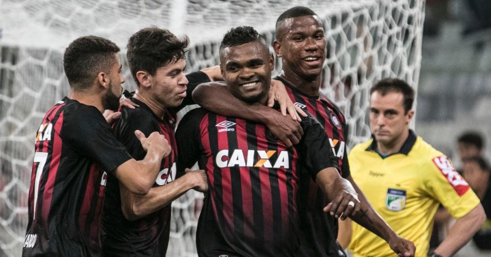 Jogadores do Atlético-PR comemoram gol de Nikão contra o Bahia