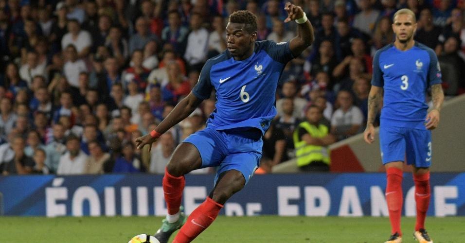 Pogba cobra uma falta para a França contra Luxemburgo
