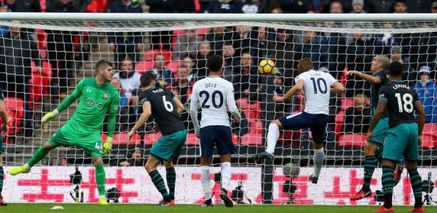 Harry Kane marca de cabeça um de seus três gols contra o Southampton